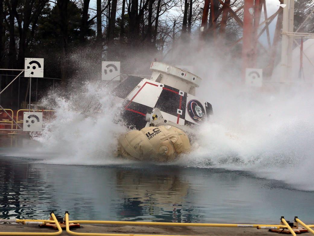 2016.2.18:実物大の宇宙船で着水試験