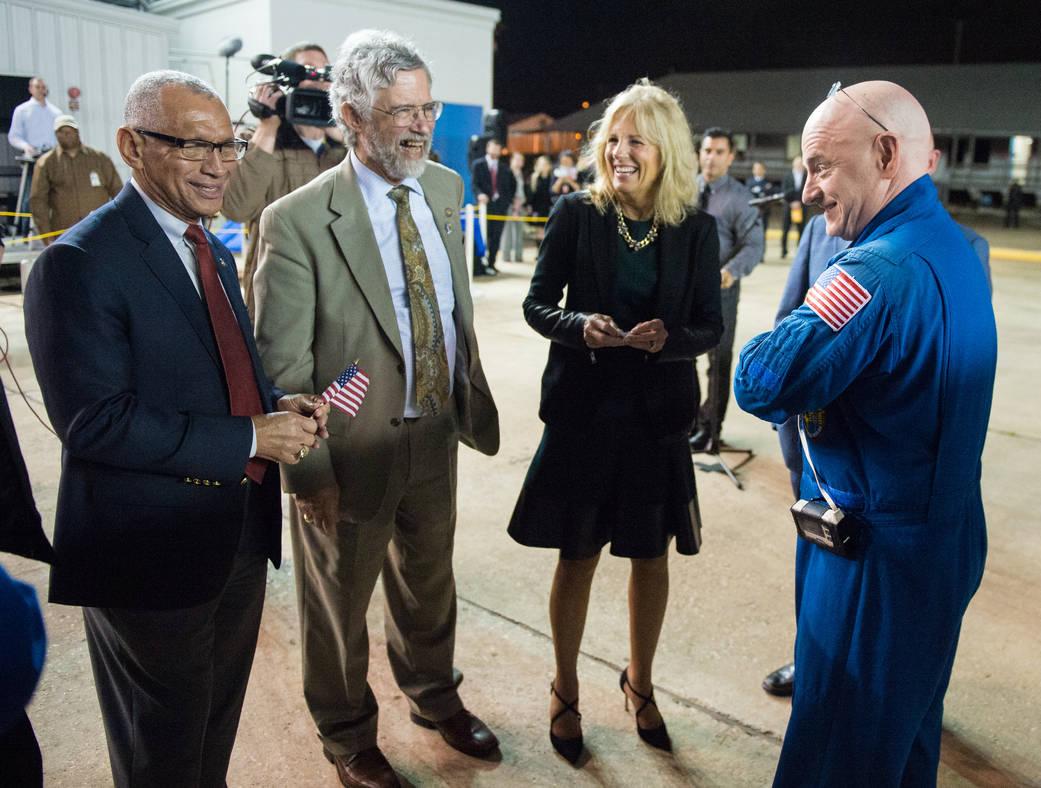 2016.3.3:宇宙飛行士スコット・ケリーが1年ぶりにヒューストンに戻る