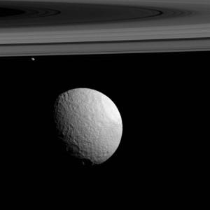 2016.3.1:土星の2つの衛星の異なる顔