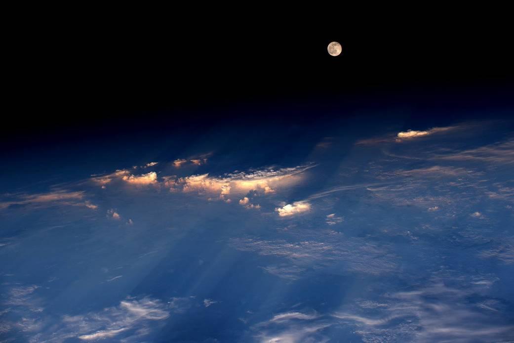 2016.06.22:宇宙で見た日の入りと月の出