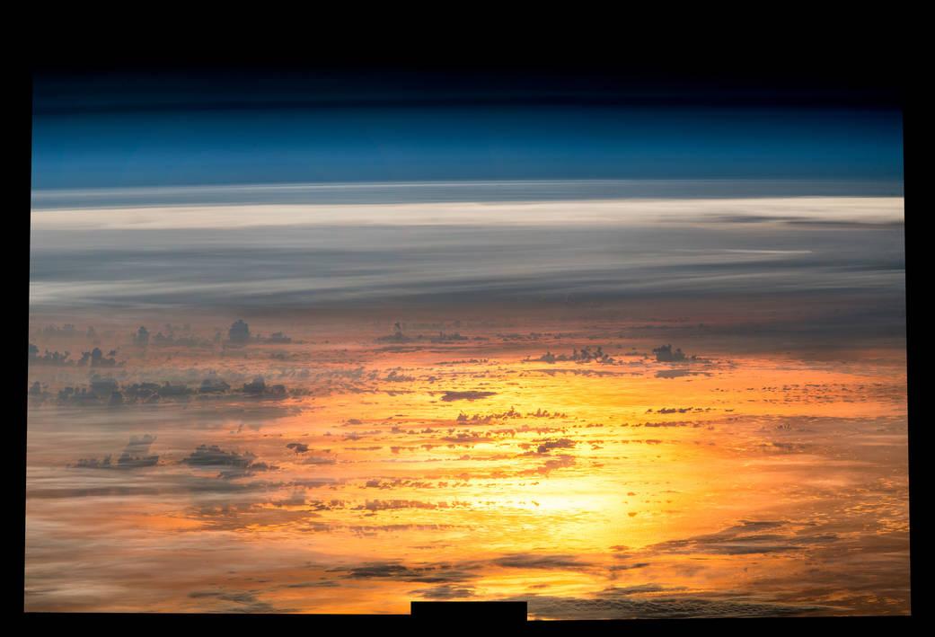 2016.06.16:黄金に輝く美しい地球の黄昏