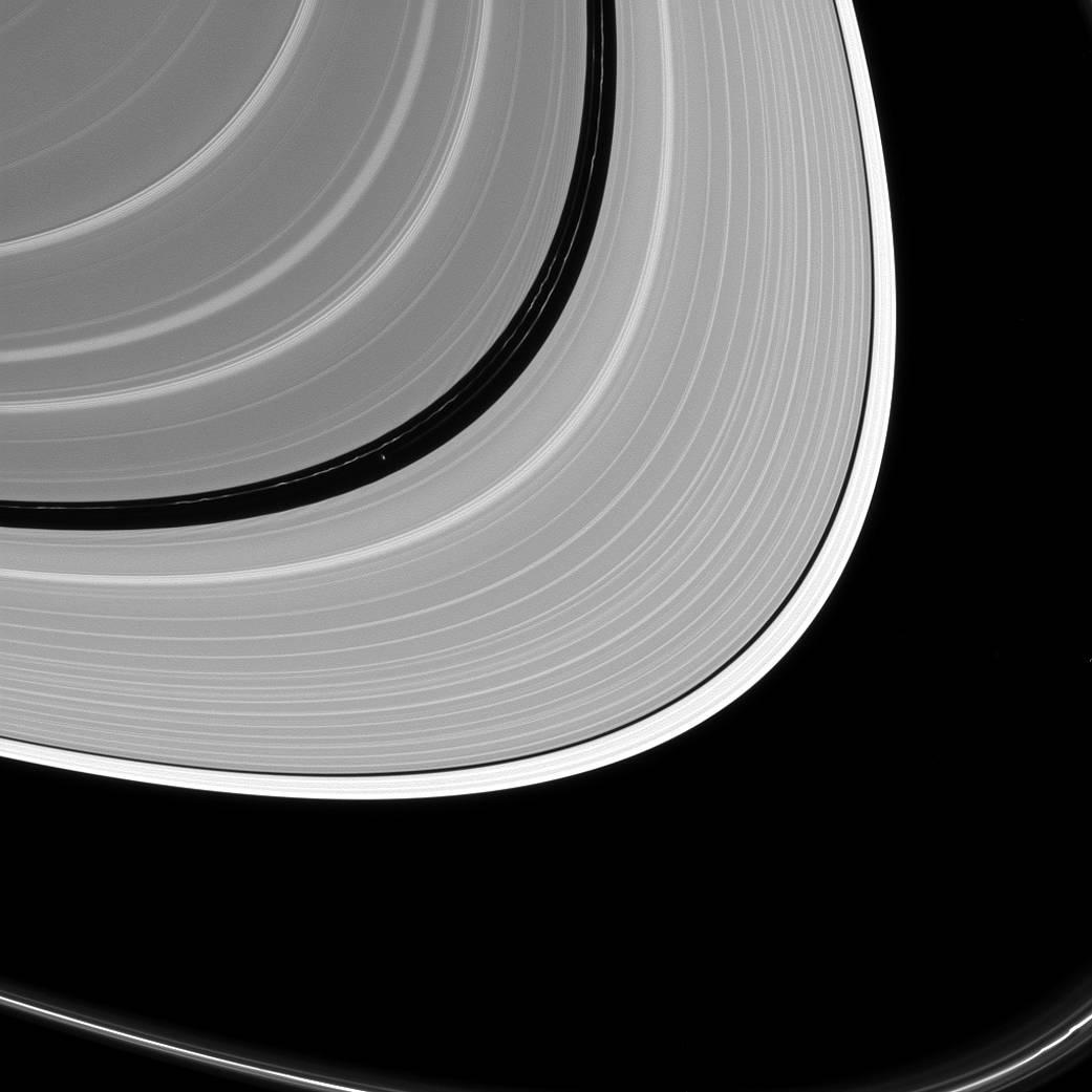 2016.09.20:土星の環の隙間に顔を出した衛星