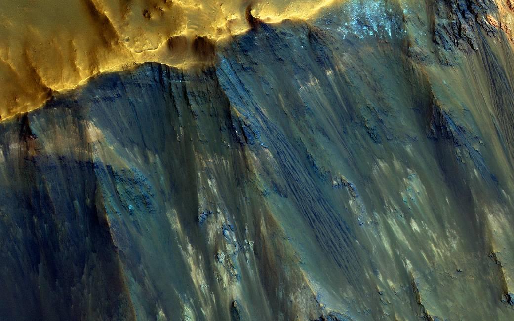 2017.01.05:火星クレーター斜面の奇妙な色合い